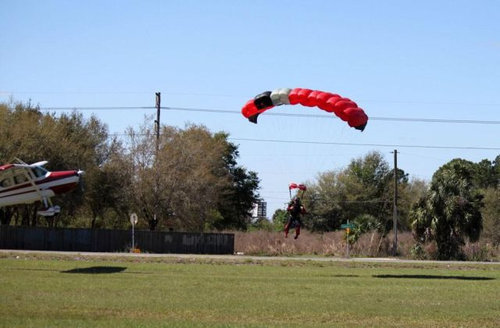 スカイダイバーと飛行機が衝突02