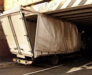 橋げたにつっかえたトラック