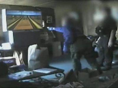 家宅捜索中の警官たちがWiiボーリングに熱中