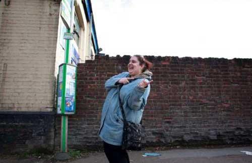 バス停で踊る女性01