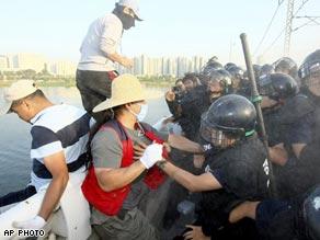 韓国で盲目のマッサージ師たちが抗議のため飛び込む01
