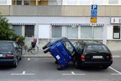 7-駐車場で隣の車に倒れ掛かる