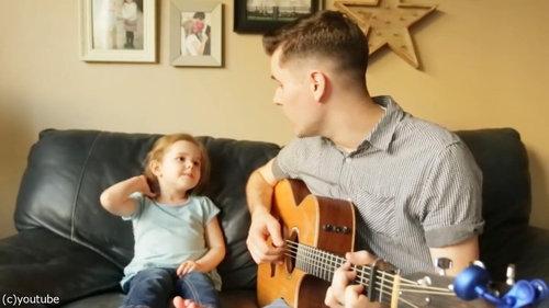 お父さんと歌う4歳の女の子01