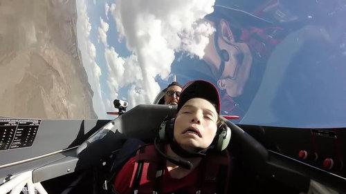 宙返り飛行中に気を失う少年03