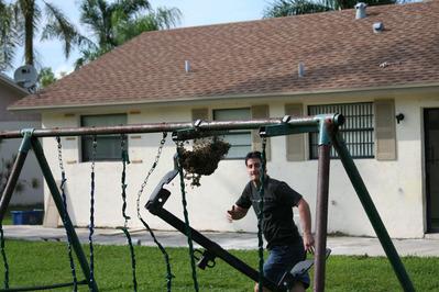 「家にハチの巣が…」素人が繰り広げたムチャな死闘07