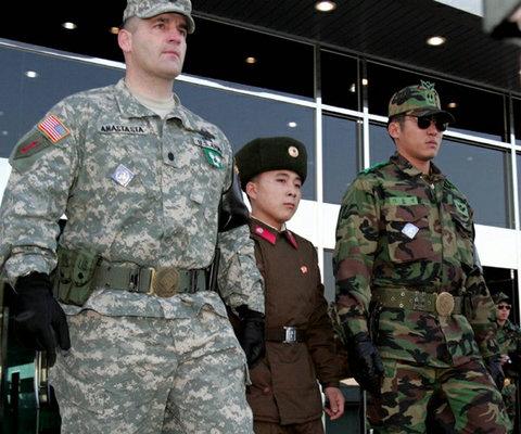 北朝鮮の女性兵士の靴03