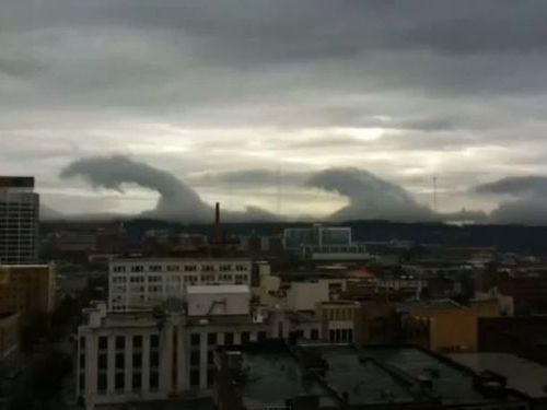 竜が暴れてるような波雲