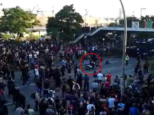 G20のデモ衝突のど真ん中にピザ配達07