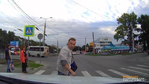 ロシアでは歩行者が車をはねる08