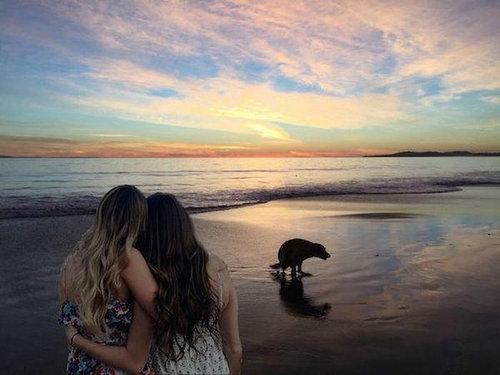 2人組の女の子の背景をビーチに02