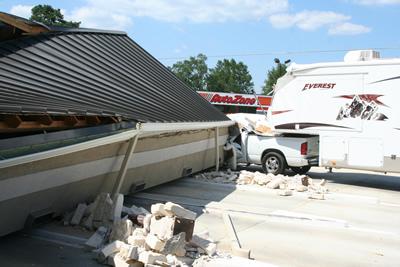 ドライブスルーATMの屋根が崩れる01