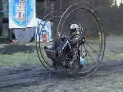 巨大な車輪にエンジン