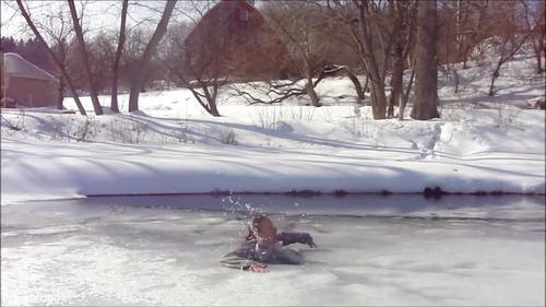 足元の氷が割れて落ちたときに這い上がる方法…02