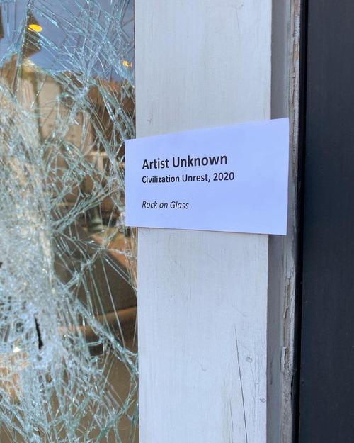 暴動で窓が割れた01