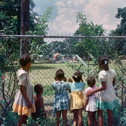 60年前、白人専用の公園をながめる黒人の子供たち01