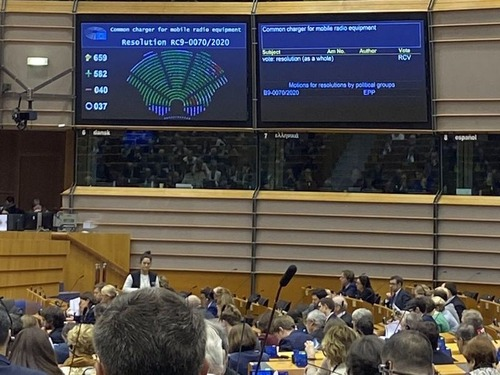 欧州議会、スマホの充電ケーブルの「規格統一」させる決議