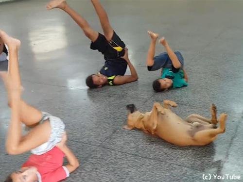 子どもたちのダンスレッスン風景に何か紛れ込んでる00