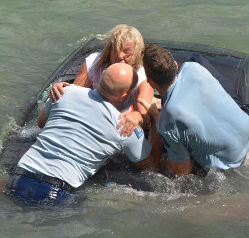 水没する女性の車を警官が助け出す04