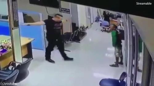 刃物を持った男を警官がハグ04