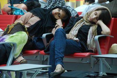 空港で眠りこける人々14