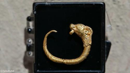 紀元前の黄金のイヤリングが発掘される06