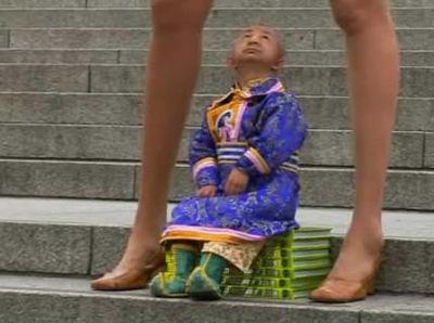 世界一足の長い女性と世界一小さな男性02