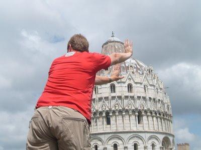 ピサの斜塔の前で記念撮影する観光客、別アングルから見ると…13