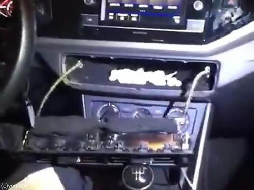 警察も驚いた車にドラッグの隠し場所04