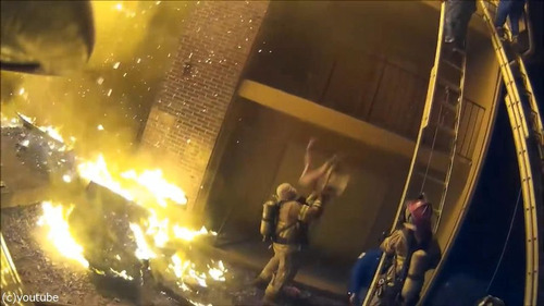 火事で3階から投げられた娘を消防士が受け止める04