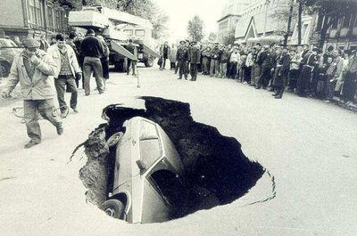 10-地盤沈下で埋もれる車