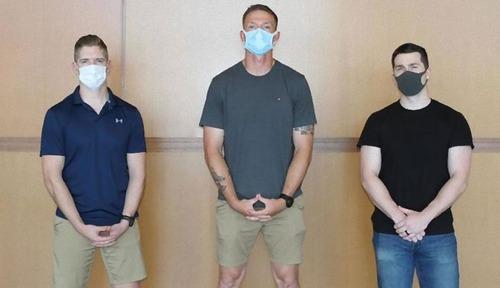日本発の飛行機で乗客が暴れるも…海兵隊員3人が取り押さえる01