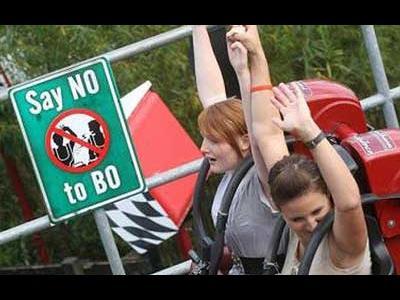 ジェットコースターで両手を上げるのを禁止