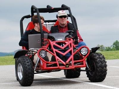 盲目の人も乗れる車を学生が作りあげる