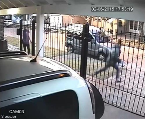 バイク強盗に襲われた女性、とっさの機転05