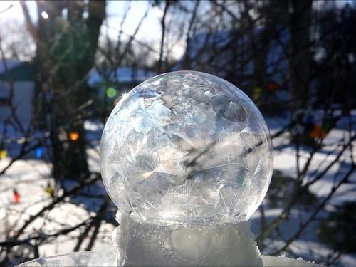 大きなシャボン玉が凍る03