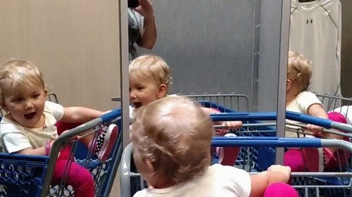 複数の鏡を見つけた赤ちゃん03