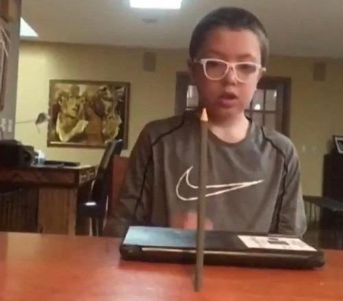 鉛筆を投げて驚愕する少年03