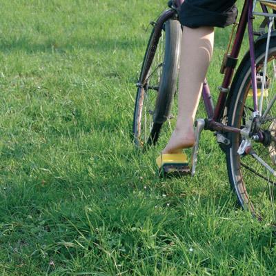スポンジたわしを、自転車のペダルに取りつけると、裸足で乗れる-くだらない笑える面白いリサイクル34