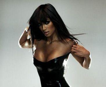 胸の豊かな女性歌手14
