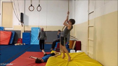 フラフープをしながらロープを登る01