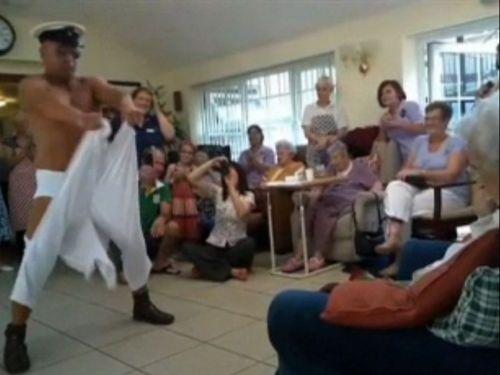 100歳おばあちゃんにストリッパー01