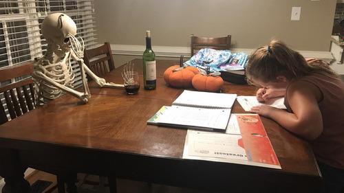 娘が宿題を終えるのを待っている私の姿01