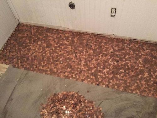 1セント硬貨を床に敷いた家01