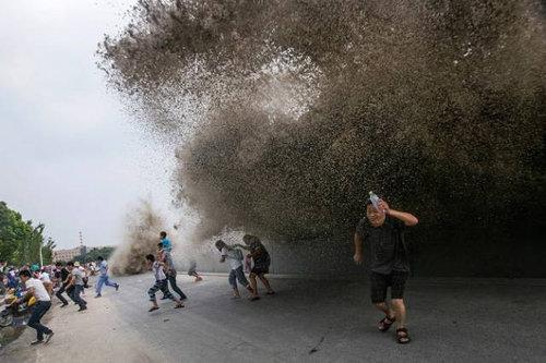 銭塘江の大波04