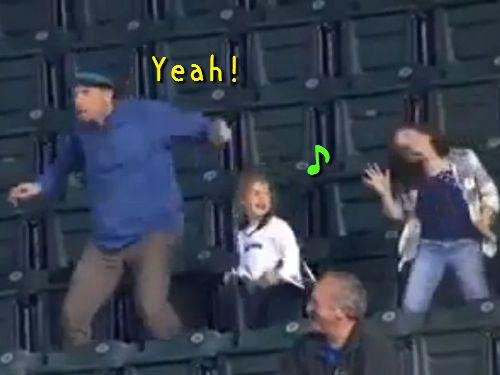 スタジアムで踊る父と娘00