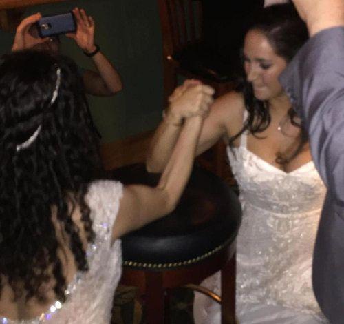 結婚式のパーティで花嫁が腕相撲02