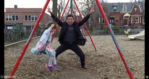 パパと娘のブランコ遊び05