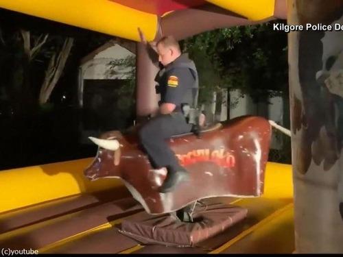 テキサス州の警官、ロデオの腕前を見せる02