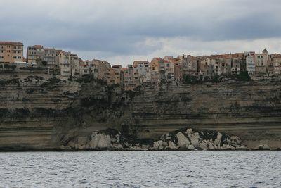 今にも落ちそうな断崖絶壁にある4つの町21