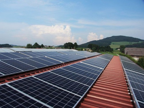 ソーラーパネル屋根職人の手